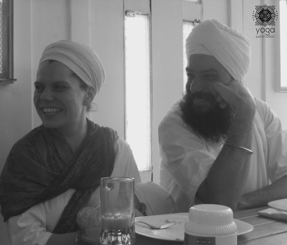 Parandham Singh, su pareja y su bebé tomando desayuno en Pan Vivo.